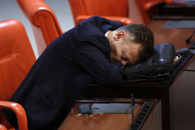 Yorgun düşen milletvekilleri Genel Kurul sıralarında uyudu