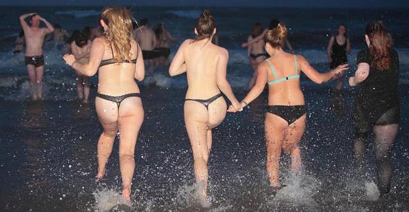 1 Mayıs'ı Çırılçıplak Denize Girip Orada Kutladılar