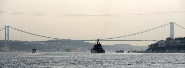 Rus savaş gemisi İstanbul Boğazı'ndan geçti.