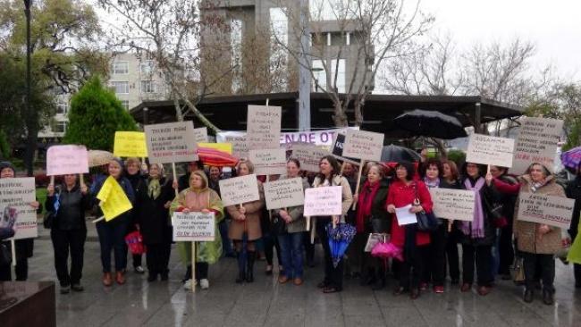 CHP'li kadınlardan yağmur altında oturma eylemi