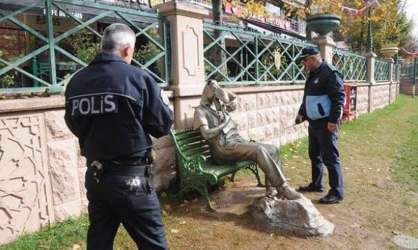 Eşek heykeline saldırıldı
