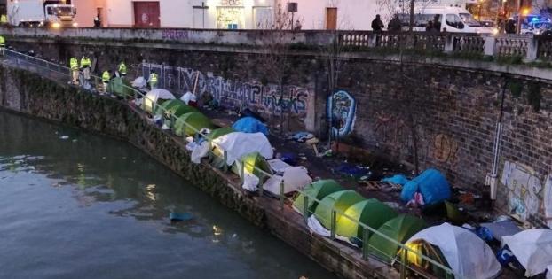 Fransa göçmenleri tahliye ediyor