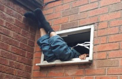 Hırsız pencereye sıkıştı kaldı