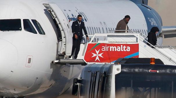 Kaçırılan Libya uçağında yolcular serbest bırakıldı!