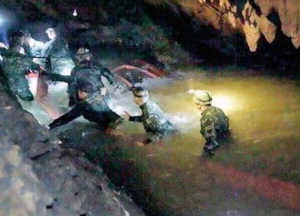 Mağarada mahsur kalan 13 kişi