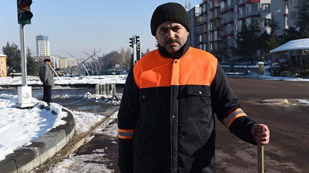 Temizlik işçisi yolda bulduğu 20 bin TL'yi sahibine teslim etti