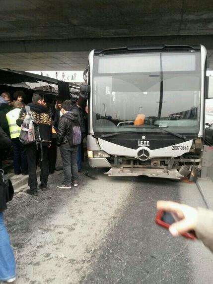 Zincirlikuyu - Avcılar Metrobüsü Kaza Yaptı