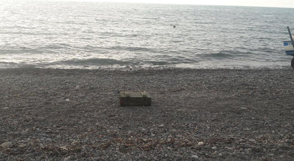 Denizden mühimmat dolu sandık kıyıya vurdu