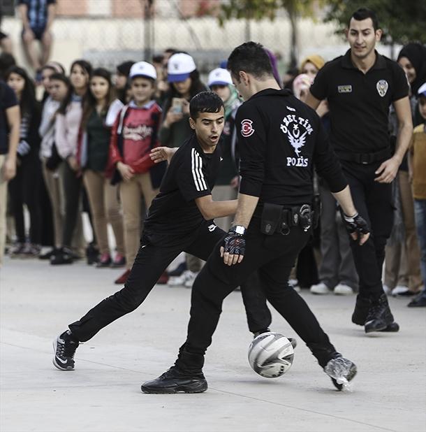 Operasyonu tamamlayan polis öğrencilerle futbol oynadı