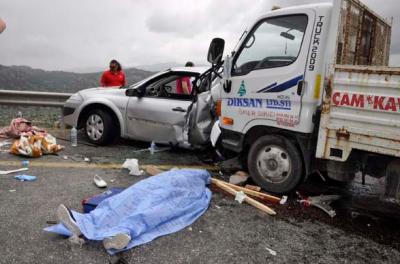 Antalya'da trafik kazası: 2 ölü, 3 yaralı