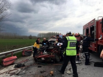 Otomobil TIR'a çarptı: 4 ölü, 1 yaralı