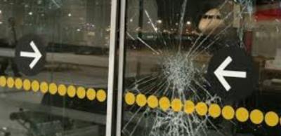 Uçağı kaçıran yolcu kapıyı kırıp aprona girdi