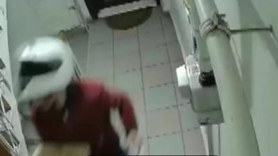 Yemek getiren kurye apartmana idrarını yaptı